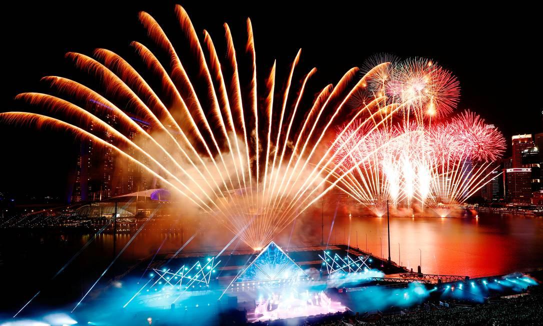 Fogos de artifício explodem sobre Marina Bay durante as comemorações da véspera de Ano Novo antes do ano novo em Cingapura Foto: Edgard Su / Reuters
