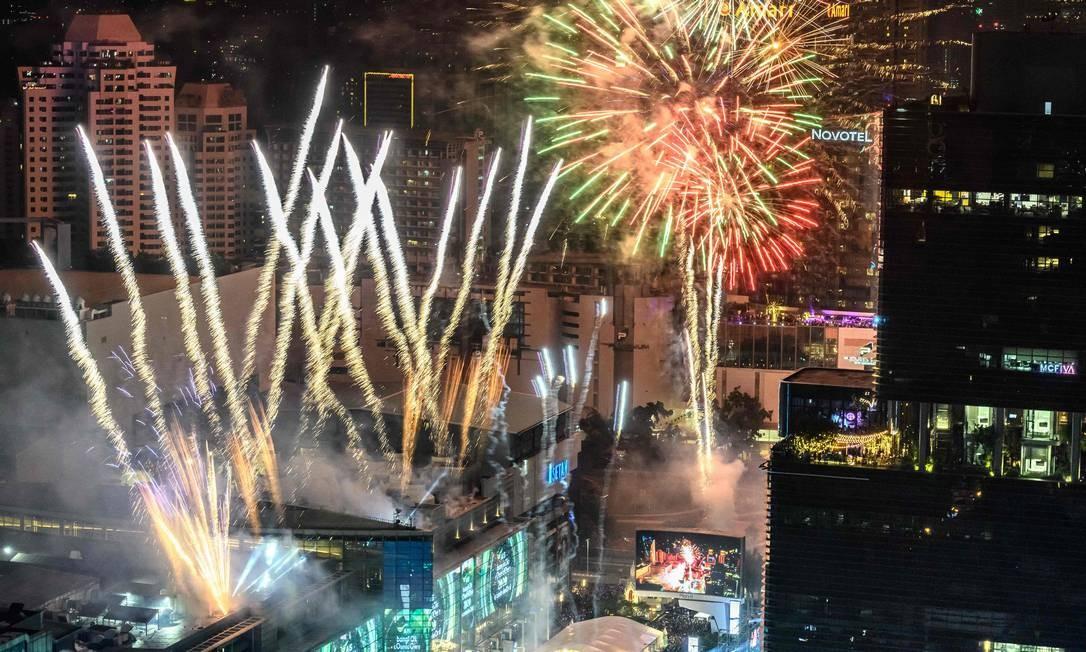Cerca de 100.000 pessoas se reuniram para dar boas-vindas à nova década no centro de Bangcoc durante as comemorações do Ano Novo Foto: Mladen Antonov / AFP