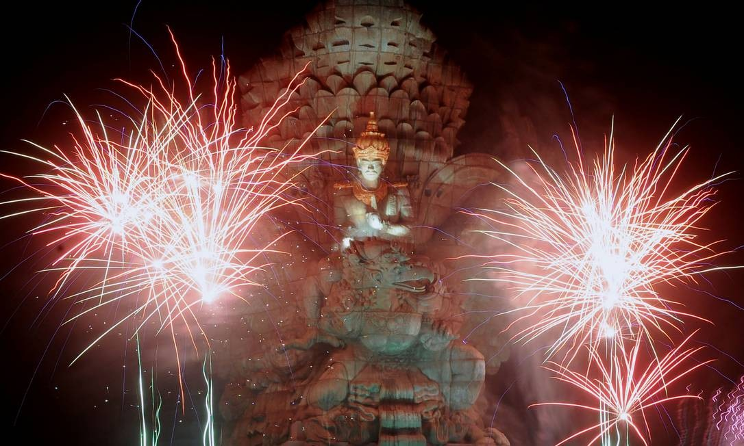 Fogos de artifício explodem sobre a estátua de Garuda Wisnu Kencana durante as celebrações do ano novo em Bali, capital da Indonésia Foto: Fikri Yusuf / Antara Foto / Reuters