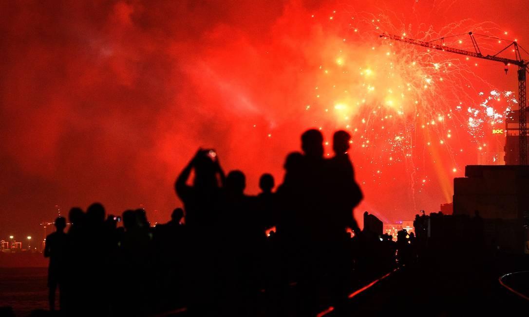 O Sri Lanka assiste a fogos de artifício durante as comemorações do ano novo em Colombo Foto: Ishara S. Kodikara / AFP