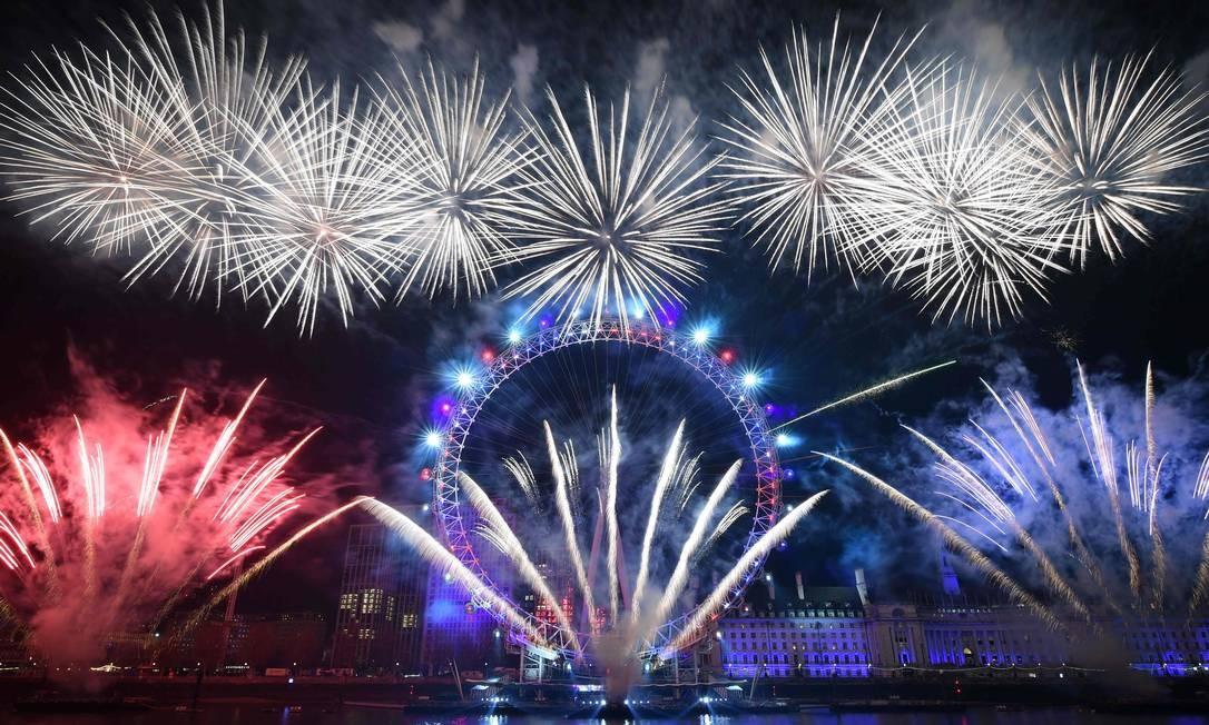 Queima de fogos em torno do London Eye no centro de Londres Foto: DANIEL LEAL-OLIVAS / AFP