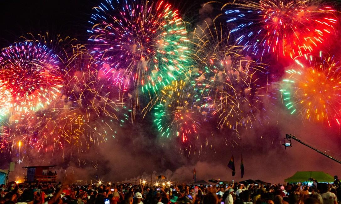 Fogos coloridos tomaram o céu de Copacabana, encantando as 2,9 milhões de pessoas na orla da praia Foto: Roberto Moreyra / Agência O Globo