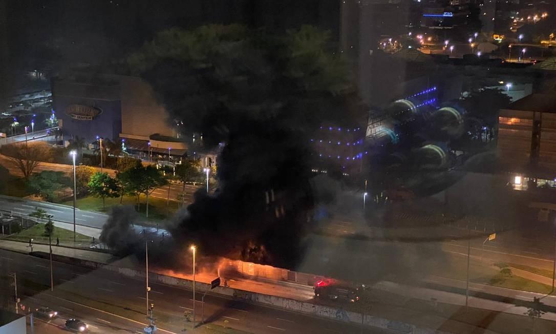 Incêncio ocorreu na estação BRT do Barra Shopping. Foto: / Foto do leitor
