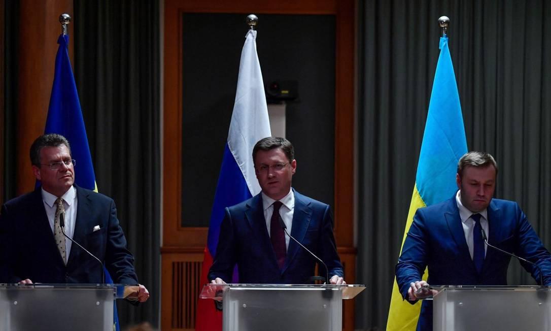 Representantes da União Europeia, da Rússia e da Ucrânia durante entrevista coletiva em que anunciaram o acordo Foto: JOHN MACDOUGALL / AFP