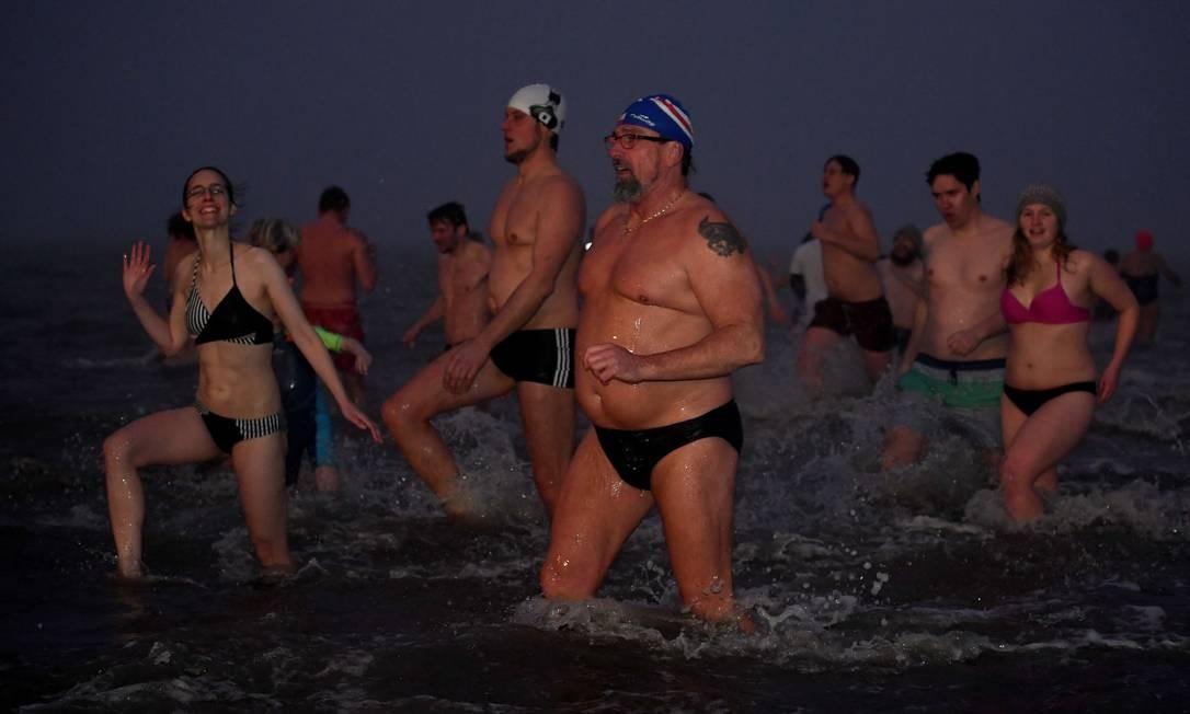 Nadadores correm para águas geladas durante evento de natação de Ano Novo na costa do Mar do Norte de Buesum, Alemanha Foto: Fabian Bimmer / Reuters