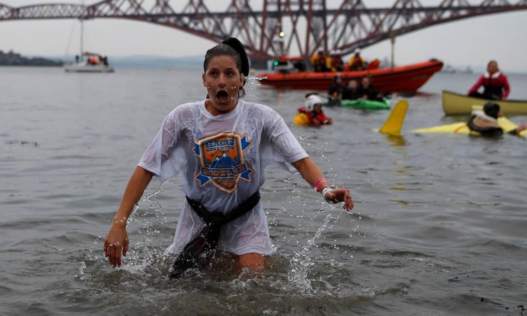 Não é todo mundo que consegue entrar sorrindo no rio Forth Foto: Russell Cheyne / Reuters