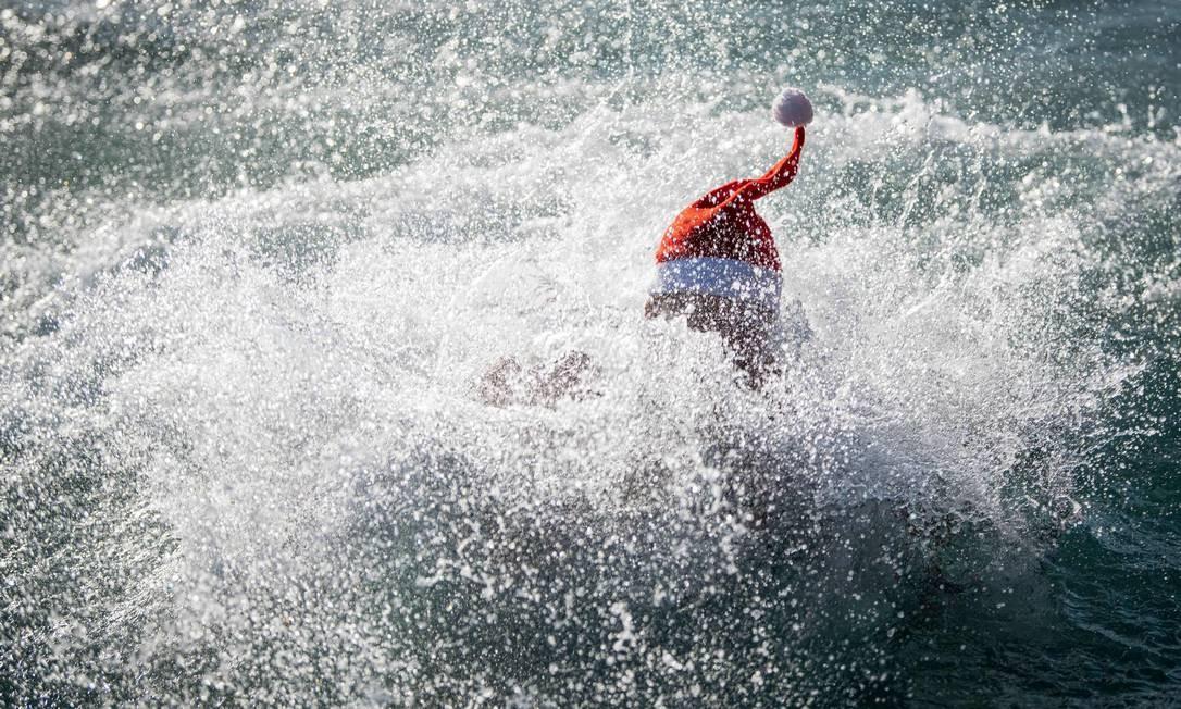 Papai Noel aproveitou também o banho de mar na Eslovênia Foto: Jure Makovec / AFP