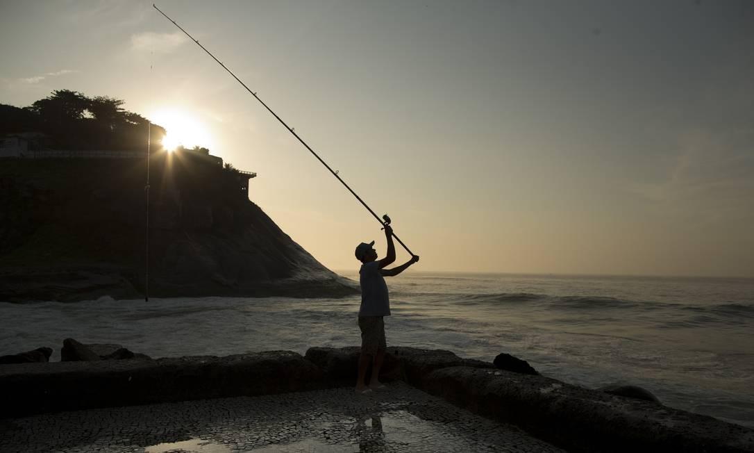 O cozinheiro José Nilton da Silva Santos. Nos dias de folga, ele pesca no Quebra-mar da Barra da Tijuca Foto: Márcia Foletto / Agência O Globo