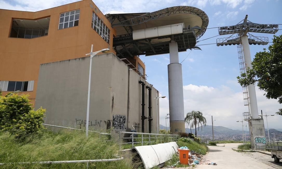 Uma das mais altas, estação do Morro do Adeus está depredada e com lixo despejado de forma irregular Foto: Pedro Teixeira / Agência O Globo