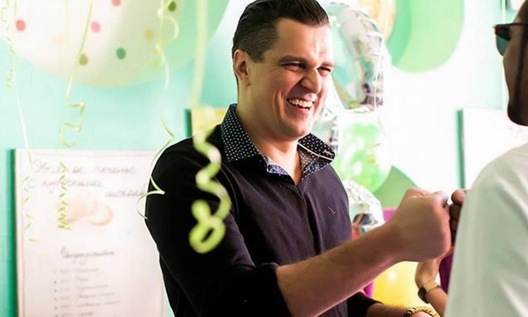 Fauzi cumprimenta um amigo na festa de aniversário do filho, que vive em Moscou. Evento ocorreu em abril do ano passado