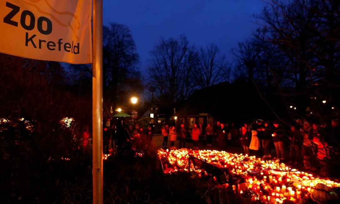 Após o incidente, várias pessoas foram ao zoológico em Krefeld levar doações e mensagens de solidariedade. Foto: THILO SCHMUELGEN / REUTERS