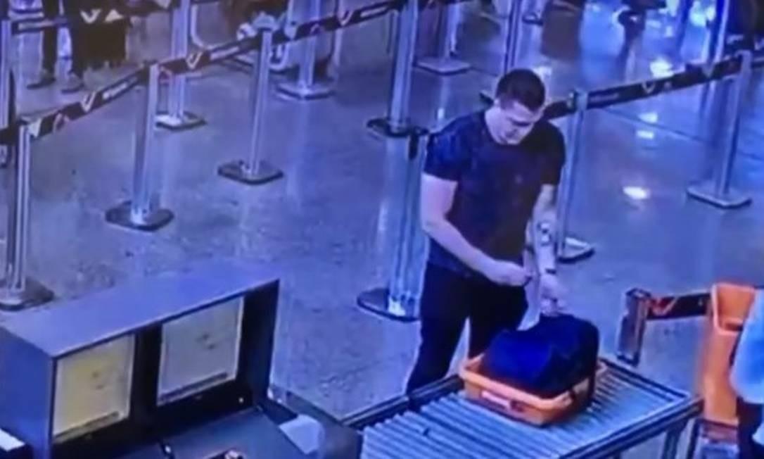 Imagens obtidas pela Polícia Civil do Rio mostram Eduardo Fauzi embarcando no Aeroporto Internacional do Galeão em 29 de dezembro Foto: Reprodução