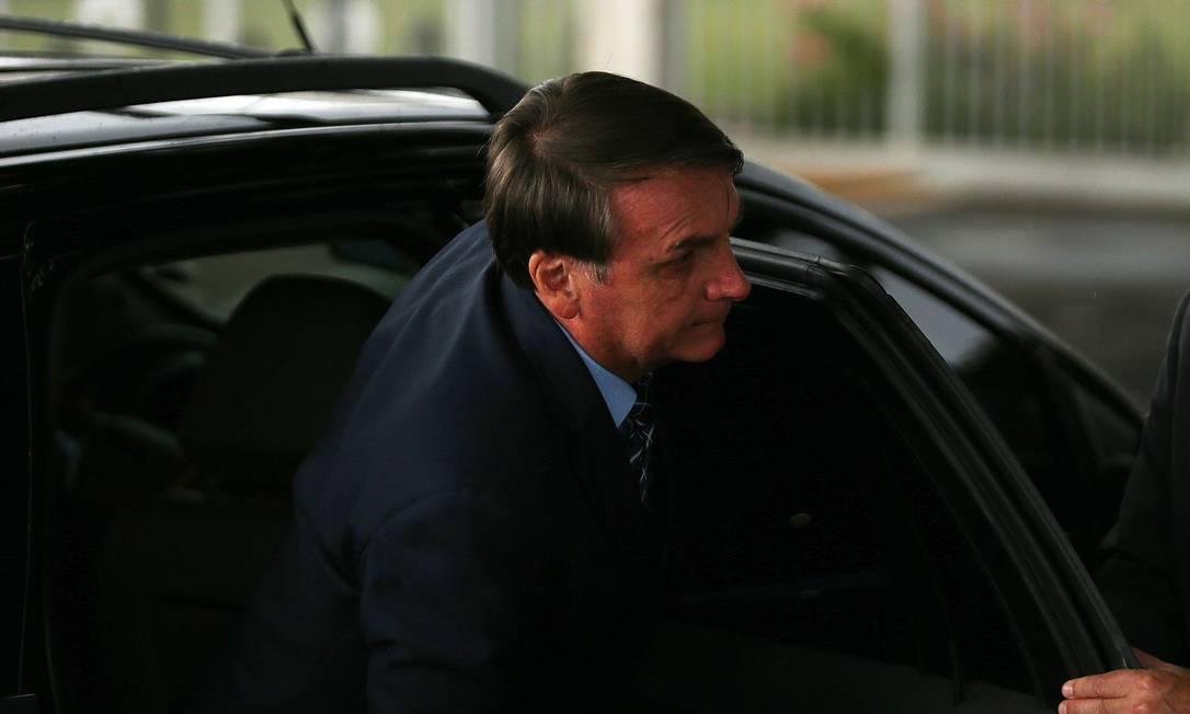 O presidente Jair Bolsonaro ao chegar para conversar com apoiadores em frente ao Palácio da Alvorada Foto: Jorge William / Agência O Globo