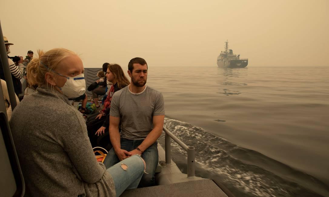 Moradores de Mallacoota, Austrália, são evacuados pela Marinha australiana nesta sexta-feira (3) depois que a cidade ficou cercada pelos incêndios florestais Foto: STRINGER / REUTERS