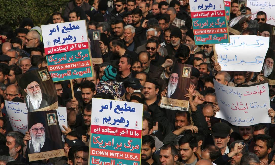 Manifestantes gritam slogans contra os Estados Unidos durante manifestação em Teerã, após ataque aéreo dos EUA que matou o general Qassem Soleimani Foto: ATTA KENARE / AFP