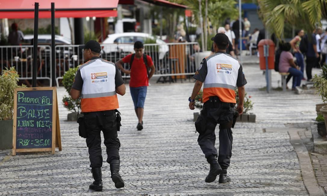 Agentes do Niterói Presente em São Francisco: prefeitura quer levar o programa para a Região Oceânica Foto: Fábio Guimarães / Agência O Globo