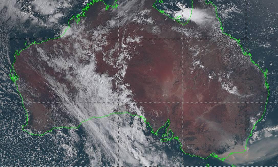 Esta imagem de satélite do folheto tirada e recebida em 3 de janeiro de 2020 pela Agência Meteorológica do Japão mostra uma imagem do satélite Himawari-8 da Austrália, com fumaça de incêndios florestais à deriva visivelmente na costa do sudeste do estado de Nova Gales do Sul. Pelo menos 20 pessoas morreram, dezenas estão desaparecidas, mais de 1.300 casas foram danificadas em uma crise sem precedentes de meses de incêndio na Austrália, que atingiu uma área aproximadamente o dobro do tamanho da Bélgica ou do Havaí Foto: Agência Meteorológica do Japão / AFP