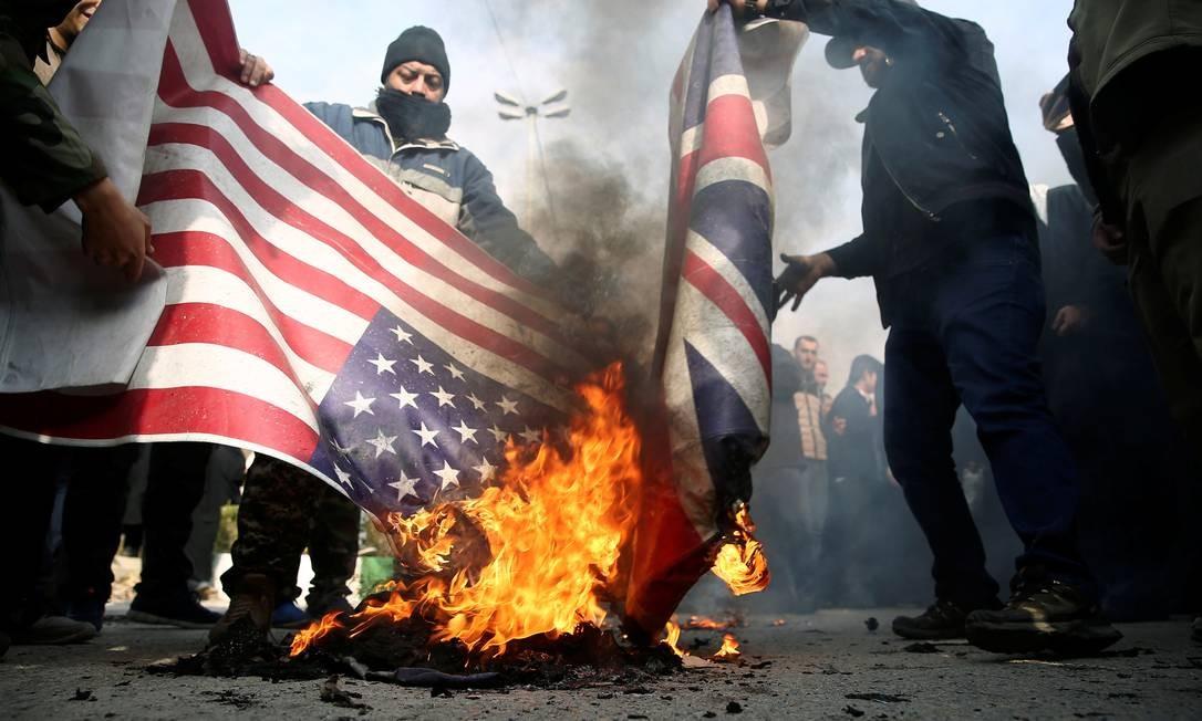 Ataque norte-americano que resultou na morte do general Qassem Soleimani provocou, à epoca, uma série de protestos na capital iraniana, Teerã. Manifestantes queimaram as bandeiras dos EUA e da Grã-Bretanha durante um protesto Foto: Agência de Notícias da Ásia Ocidental / Via Reuters