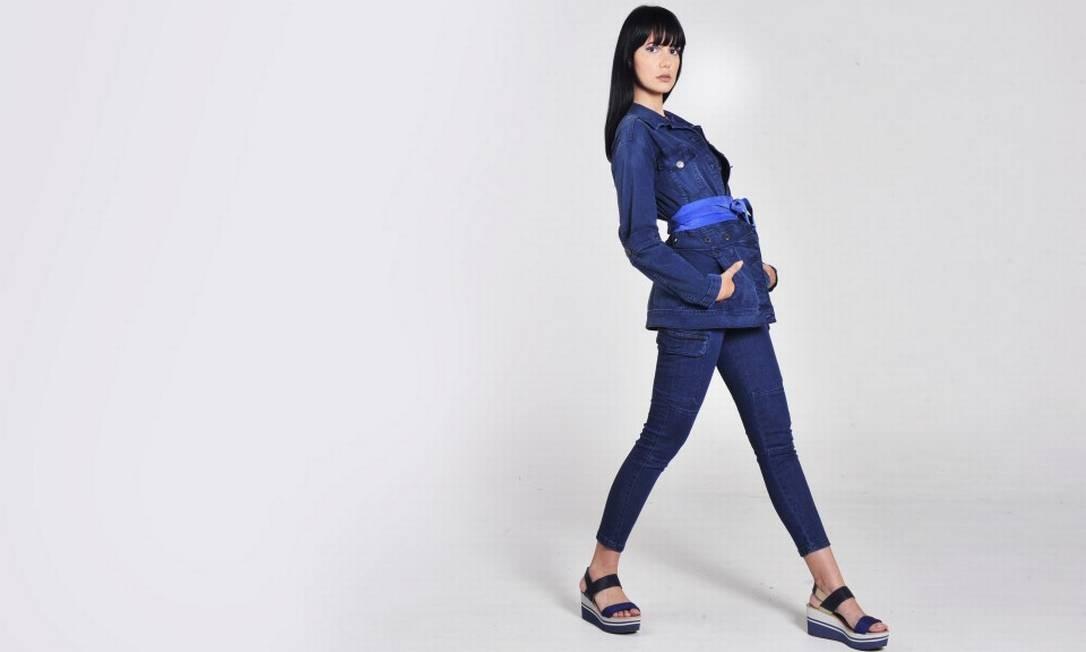 Jeans total. Jaqueta Forum (forum.com.br), R$ 466; calça Polo Wear (polowear.com.br), R$ 159,99; top Monthal (monthal.com.br), R$ 55,90; sandálias Uncle K (unclek.com.br), R$ 219; e colar Josefina Rosacor, R$ 74 Foto: Yuri Graneiro / Yuri Graneiro