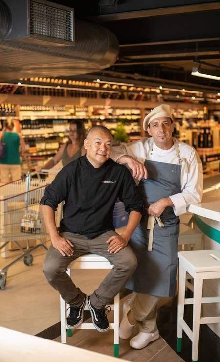 No 2º piso do Zona Sul. Ohata (à esquerda), responsável pelo sushi bar, e o chef Lidy Foto: Brenno Carvalho / Agência O Globo