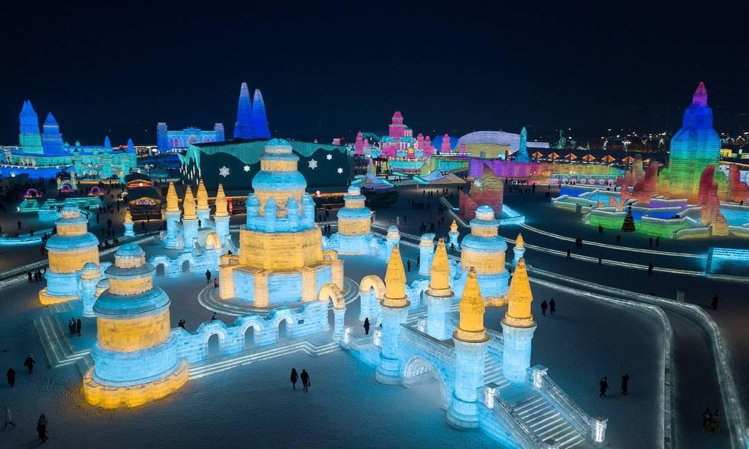 Uma vista aérea mostra a cidade mágica, feita esculturas de gelo iluminadas, que é o Festival Internacional de Escultura em Gelo e Neve de Harbin Foto: Noel Celis / AFP