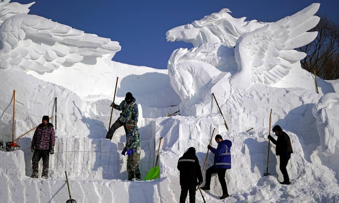 Uma força-tarefa com mais de 100 trabalhaores foi montada para cortar milhares de blocos de gelo diariamente nas semanas anterioriores ao evento Foto: Aly Song / Reuters