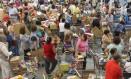 Filas de consumidores em promoção de supermercado: janeiro é época de queima de estoque Foto: Rafael Moraes / Agência O Globo
