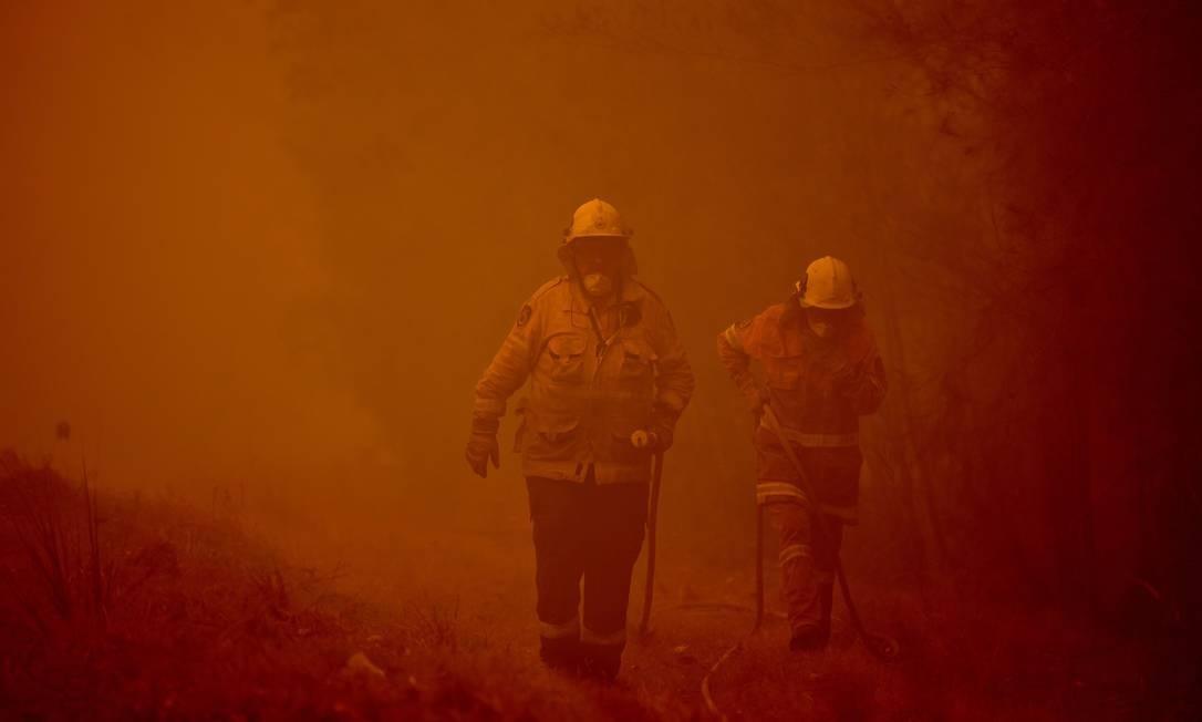Bombeiros atuam na cidade de Moruya Foto: PETER PARKS / AFP