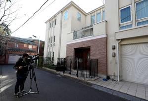 Um cinegrafista filma a residência do ex-magnata da indústria automobilística Carlos Ghosn em Tóquio, depois que ele fugiu do Japão para evitar um julgamento por fraudes financeiras Foto: Behrouz Mehri / AFP