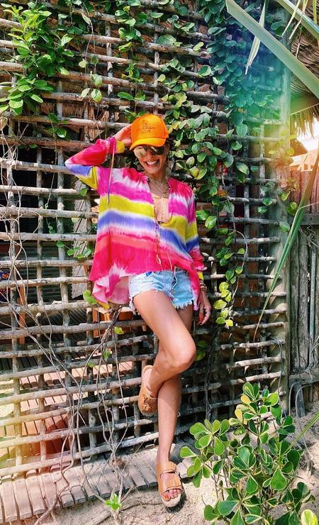 Juliana Paes coordenou a bata tie-dye de tecido leve com short jeans Foto: Reprodução do Instagram