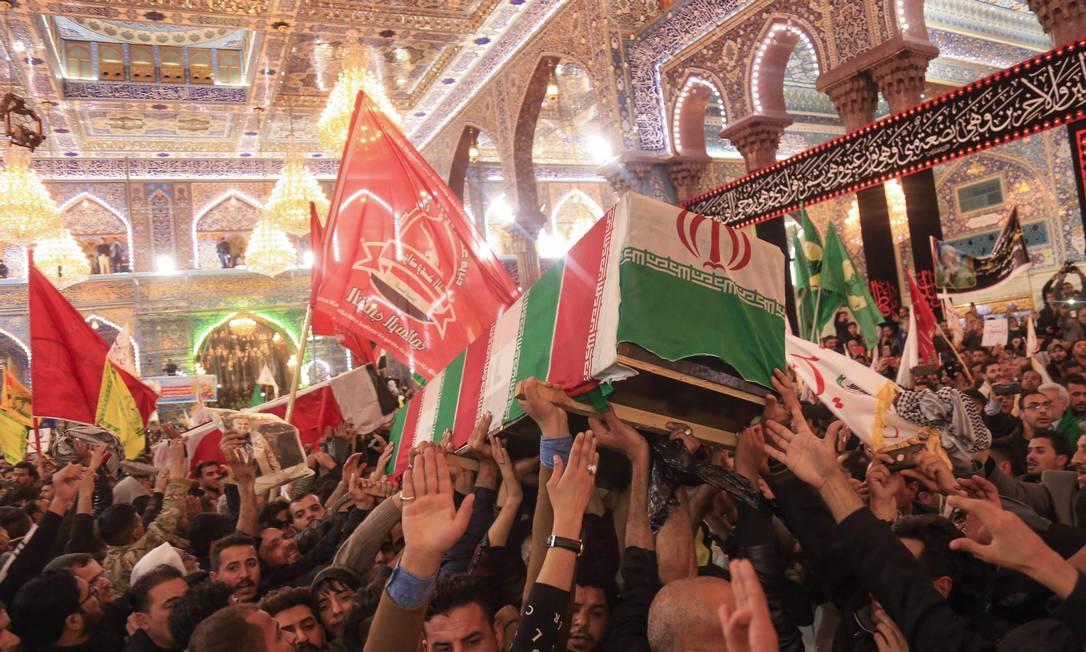 Multidão participa de cortejo com os corpos de Qassem Soleimani e Abu Mahdi al-Muhandis no santuário do imã Hussein, em Karbala, local de peregrinação dos muçulmanos xiitas Foto: MOHAMMED SAWAF / AFP