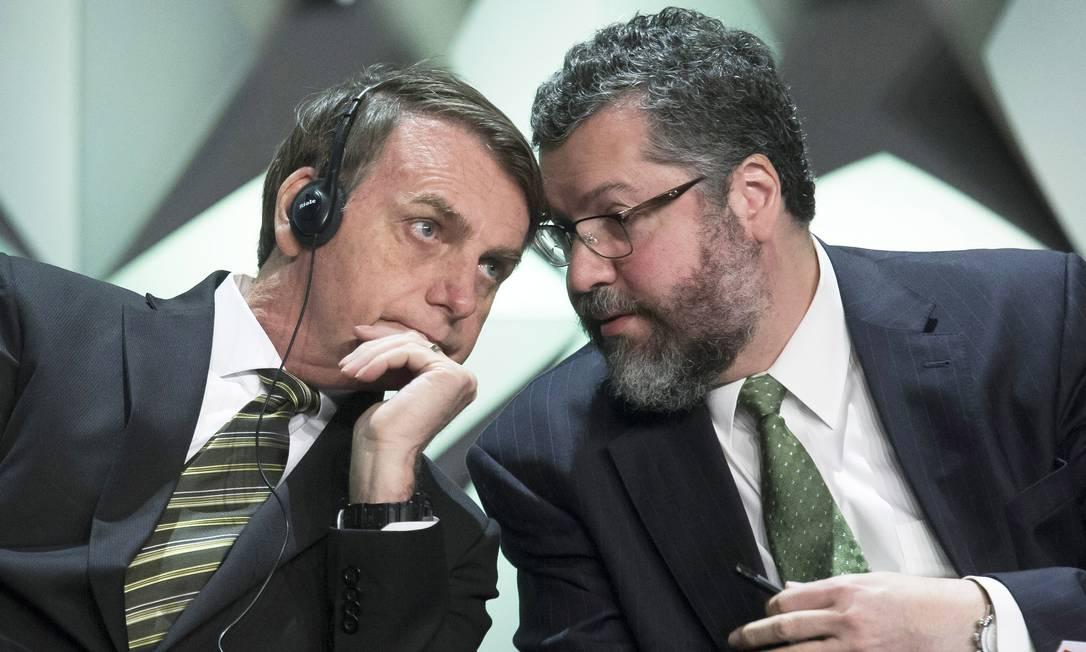 O presidente Jair Bolsonaro conversa com o chanceler Ernesto Araújo durante evento em outubro: guinada na política externa Foto: Edilson Dantas / Agência O Globo