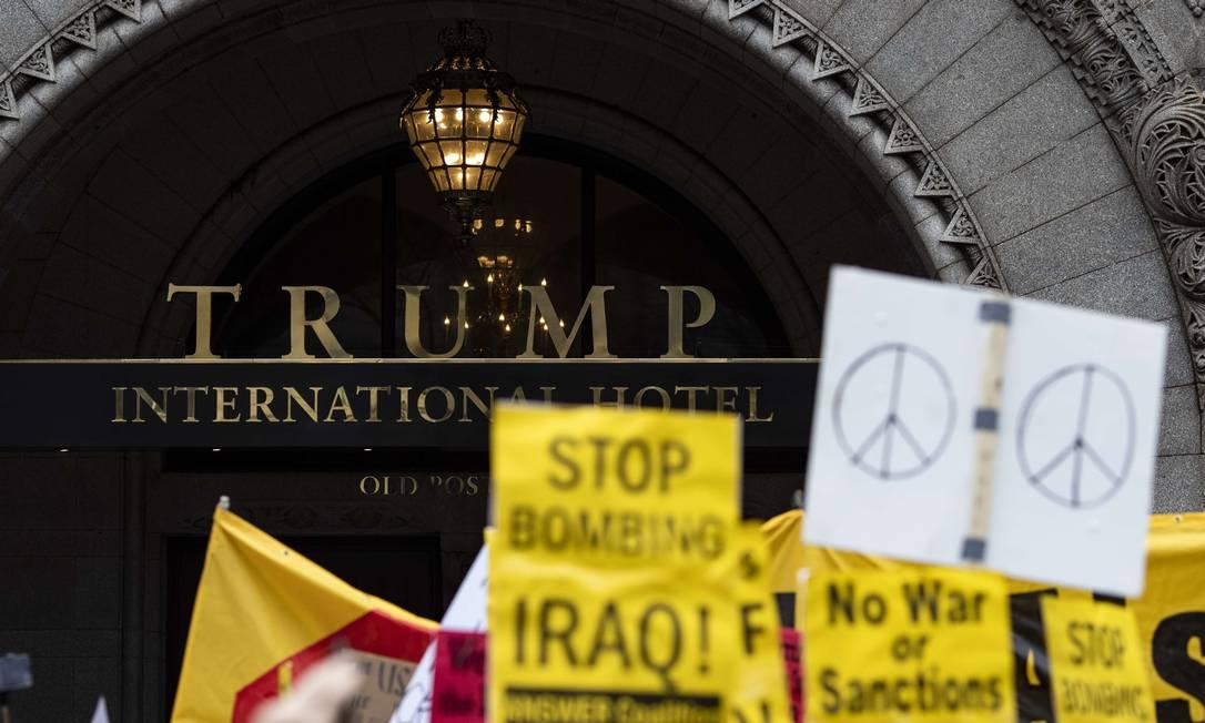 Americanos protestam em frente ao Hotel Trump, em Washington, contra a operação que matou o general iraniano Qassem Soleimani Foto: Alex Edelman / AFP