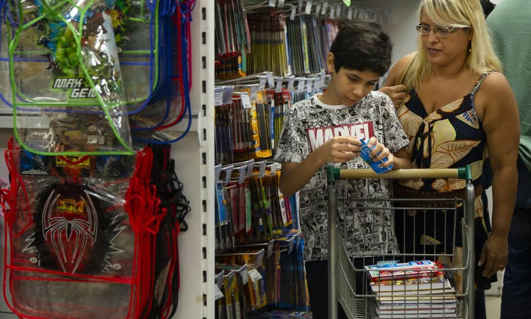 Escolha: Rita deixa o filho escolher o caderno mais caro, o resto do material não. Estratégiapara economizar Foto: Leo Martins / Agência O Globo