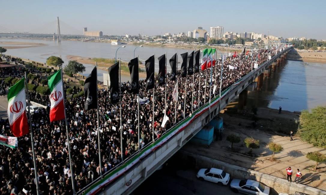 Multidão participa de cortejo fúnebre para Qassem Soleimani, general assassinado pelos EUA Foto: WANA NEWS AGENCY / VIA REUTERS