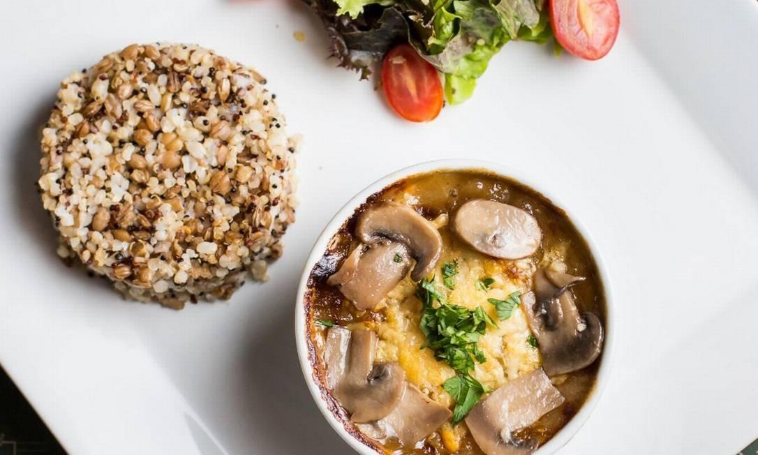 Bustamante Bistrô: escondidinho de creme de aipim e mix de cogumelos com arroz cateto e salada verde especial Foto: Divulgação/Danielle Leite