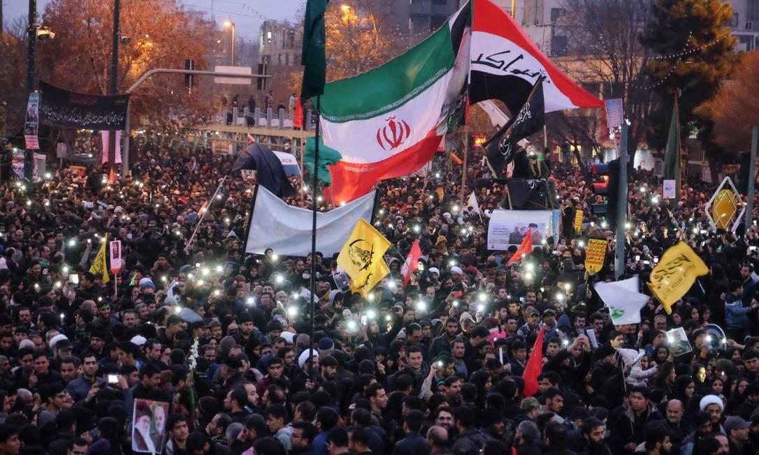 Milhares de pessoas foram às ruas de Mashhad, no Leste do Irã, homenagear o general Qassem Soleimani, assassinado em um ataque aéreo americano na sexta-feira. Foto: MEHDI JAHANGHIRI / AFP