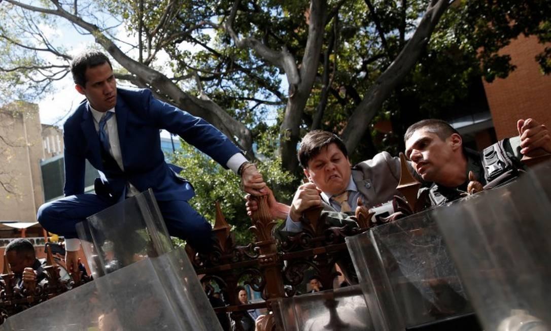 Líder opositor Juan Guaidó precisou pular o muro para conseguir ingressar no prédio Foto: MANAURE QUINTERO / REUTERS