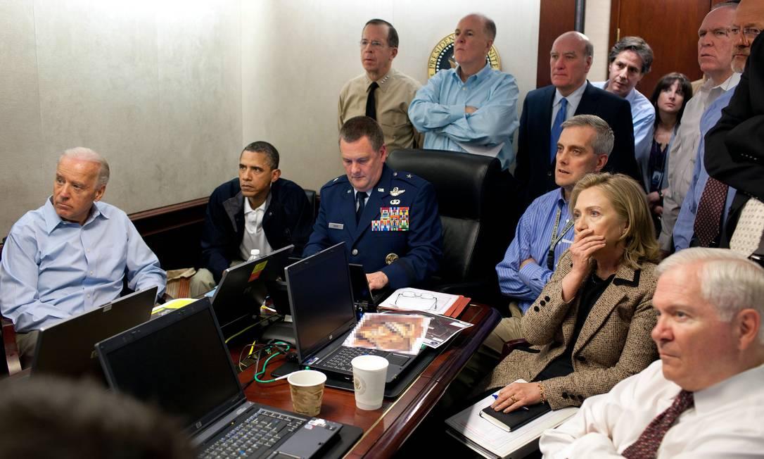 Na seleção do jornal The New York Times está a imagem do então presidente Barack Obama e membros de sua equipe assistindo a entrada de tropas americanas na casa de Osama Bin Laden Foto: Pete Souza/ Casa Branca