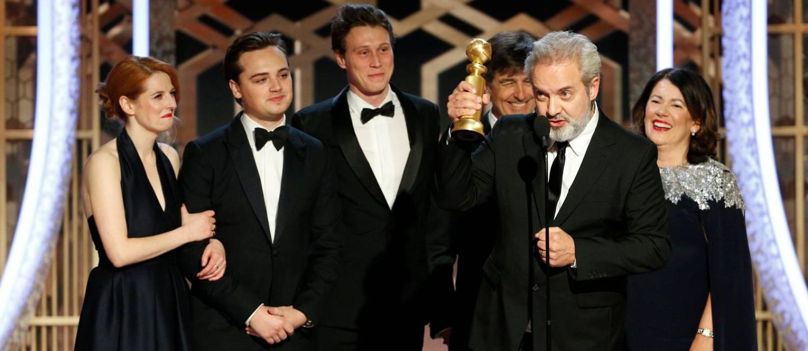 """O diretor Sam Mendes recebe o prêmio de melhor filme de drama por """"1917"""" na 77ª edição do Globo de Ouro Foto: HANDOUT / REUTERS"""