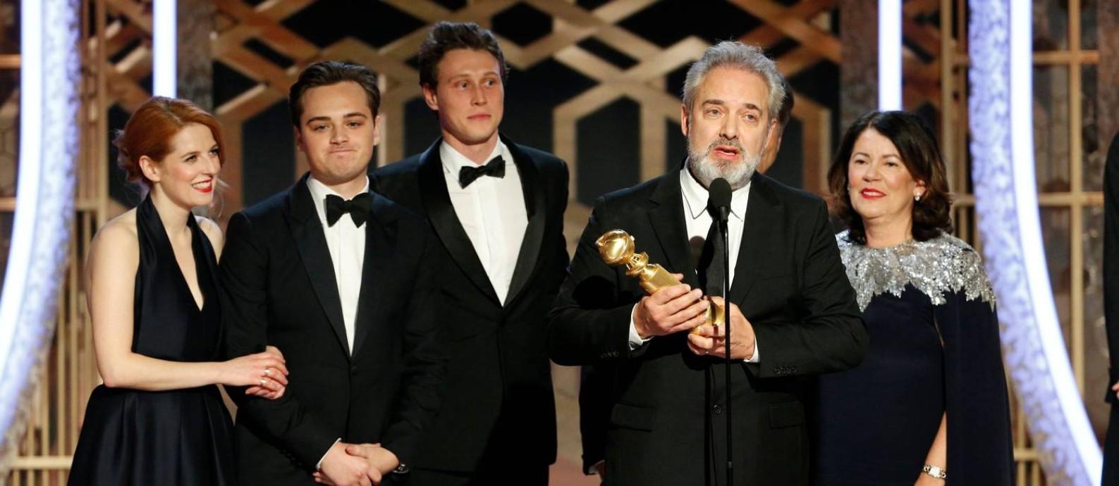 """Com um Globo de Ouro na mão, o diretor britânico Sam Mendes celebra ao lado da equipe a dupla vitória de """"1917"""", que venceu os principais prêmios da noite, direção e filme de drama, desbancando Scorsese e seu """"O irlandês"""" Foto: HANDOUT / REUTERS"""