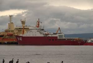 Navio brasileiro Almirante Maximiano no porto de Punta Arenas, no Sul do Chile Foto: Elcio Braga / Agência O Globo