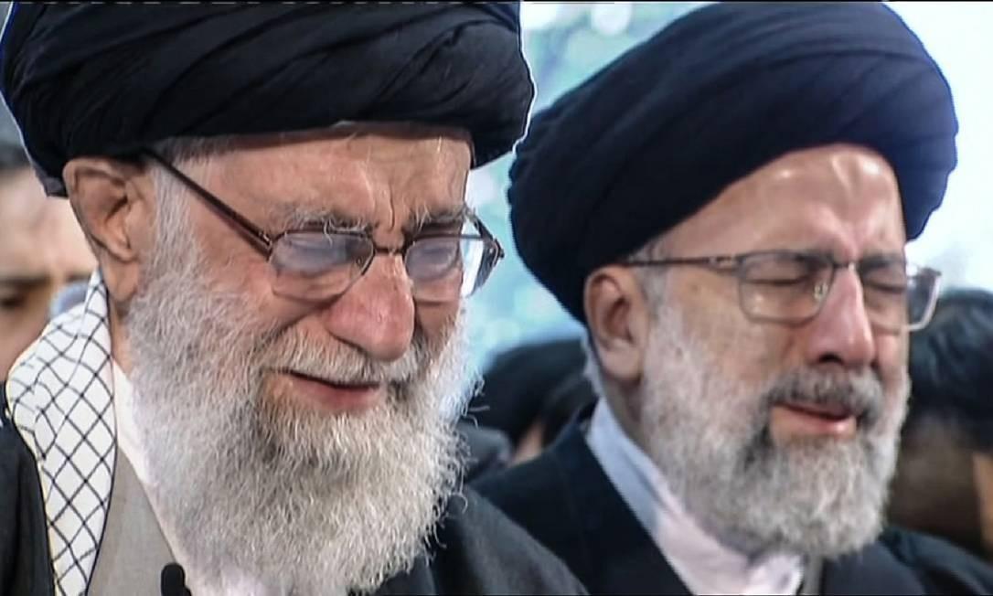 Imagem retirada de vídeo mostra líder supremo do Irã, aiatolá Ali Khamenei, chorando em frente ao caixão do general Qassem Soleimani em Teerã Foto: Reprodução de vídeo / via AFP