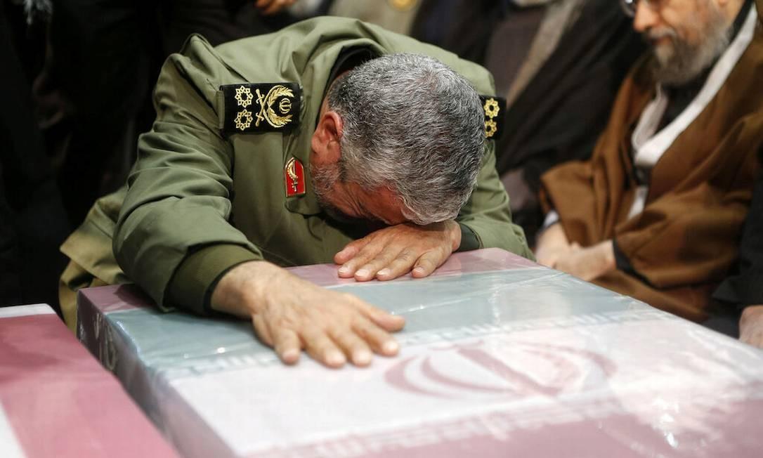 Brigadeiro-general Esmail Ghaani, sucessor recém-nomeado de Soleimani, chora durante funeral do general, em Teerã Foto: Site oficial do aitaolá Ali Khamenei / via REUTERS