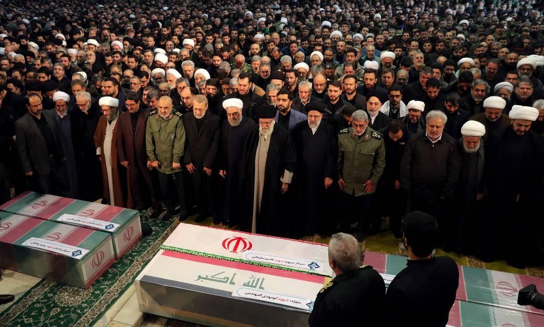 Líder supremo do Irã, aiatolá Ali Khamenei, e presidente Hassan Rouhani durante oração perto dos caixões do general iraniano Qassem Soleimani e do comandante iraquiano Abu Mahdi al-Muhandis, assassinados em um ataque americano no aeroporto de Bagdá Foto: Site oficial do aitaolá Ali Khamenei / VIA REUTERS
