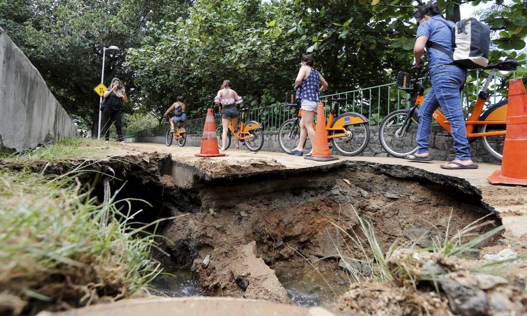 Cratera atrapalha passagem de ciclistas na ciclovia da Lagoa Foto: Guilherme Pinto / Agência O Globo