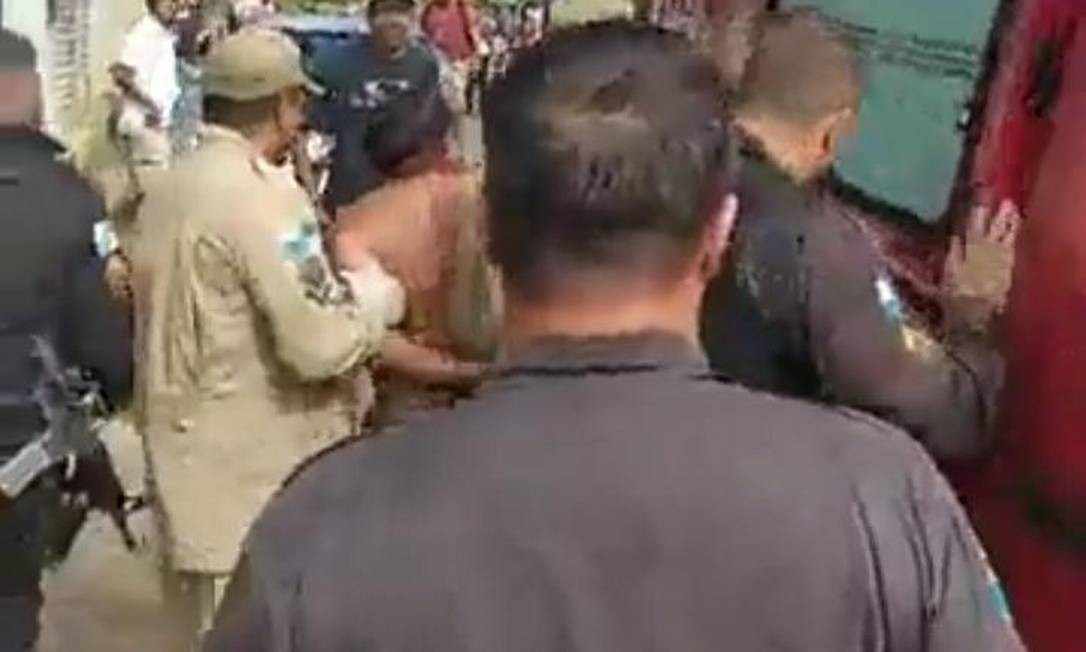 Homem é preso por PMs e socorrido por bombeiros após esfaquear fillha Foto: RLagos Notícias / RLagos Notícias