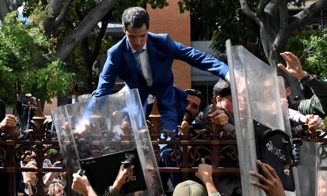 Líder opositor Juan Guaidó precisou pular o muro para conseguir ingressar no prédio Foto: FEDERICO PARRA / AFP