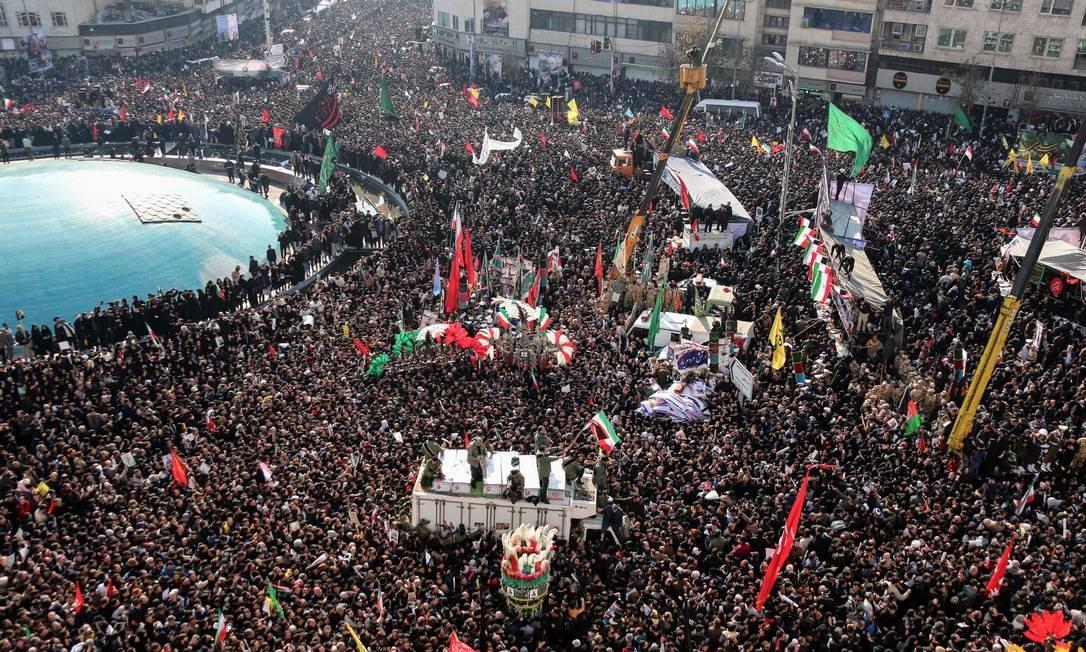 Multidão participa de cortejo em homenagem ao general Qassem Soleimani, assassinado em um ataque aéreo americano na sexta-feira Foto: ATTA KENARE / AFP