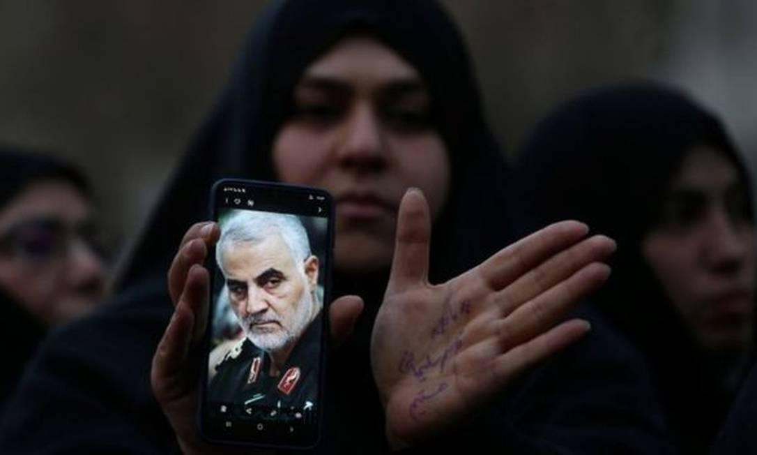 Iraniana com foto de Soleimani; general era o segundo homem mais poderoso do Irã Foto: REUTERS